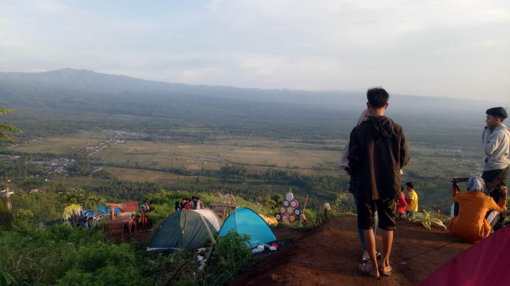 Rayakan Tahun Baru Wisatawan Nikmati Sunrise Gunung Wayang Lumajang