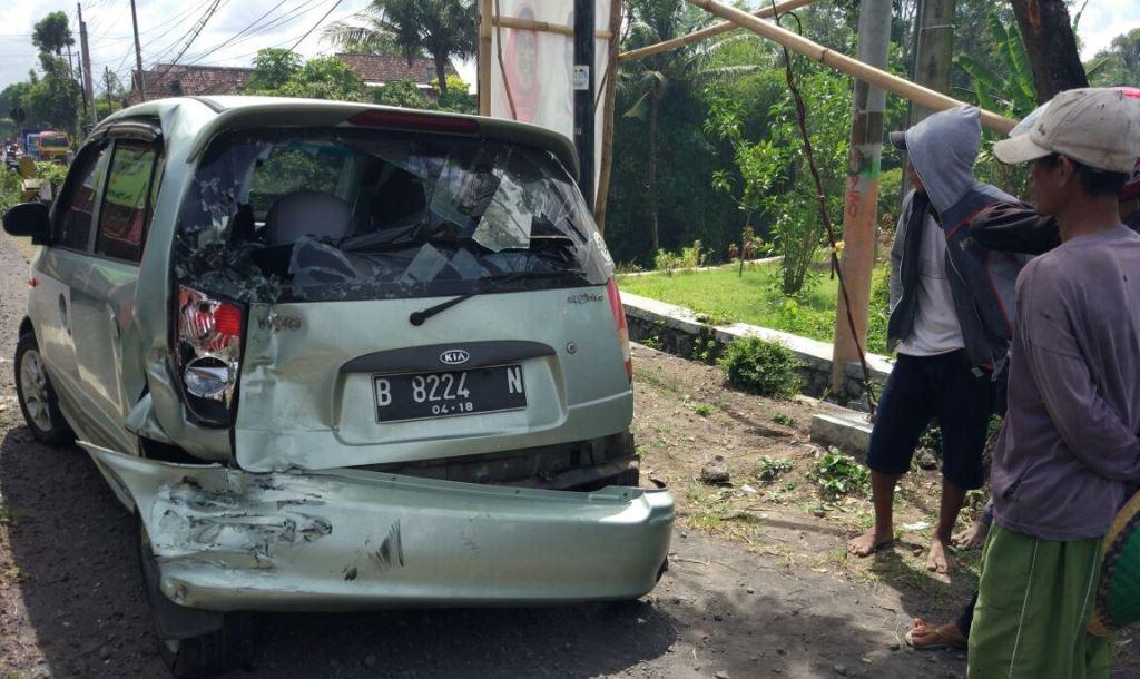 Ban Pecah, Tabrakan Beruntun Tak Terhindarkan di Jalan Raya Sumbersuko