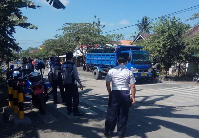 Truck Pasir Lewat Panggung Lombok, Mulai Muncul Respon Warga...!