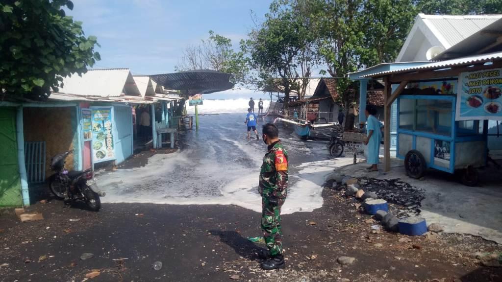 Ombak Besar Masuk ke Warung Ikan Bakar di Pantai Watu Pecak Lumajang